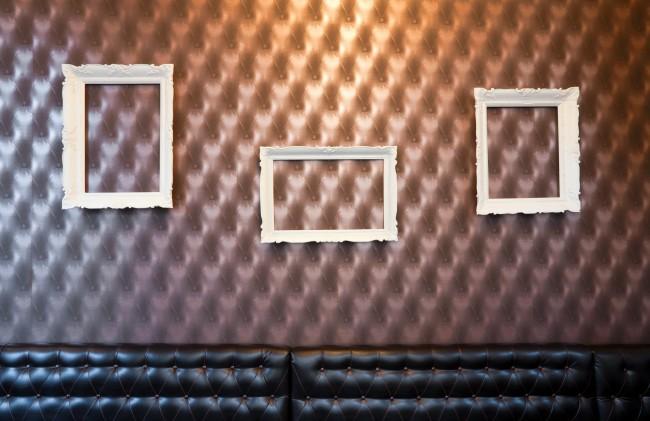 Pour un salon branché, un panneau cuir mural pour une ambiance country club
