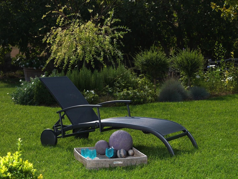 Les 5 indispensables du mobilier de jardin pour un été réussi