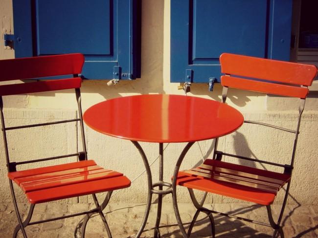 Une petite table et deux chaises au look coloré et design, parfait pour un petit déjeuné en amoureux sur votre terrasse l'été.